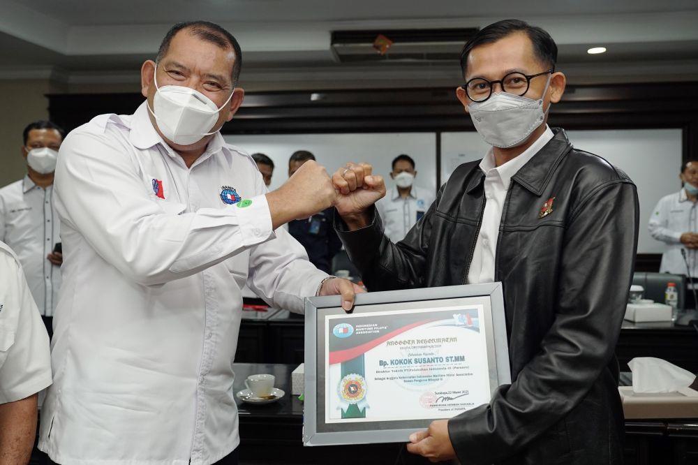 Direksi Pelindo III Terima Gelar Kehormatan INAMPA