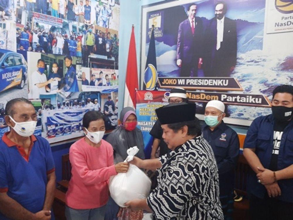 Partai Nasdem Bagikan Ribuan Sembako di Pasuruan