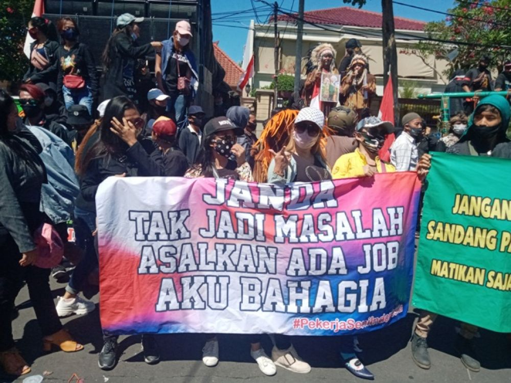 Ratusan Pekerja Seni Surabaya Unjuk Rasa