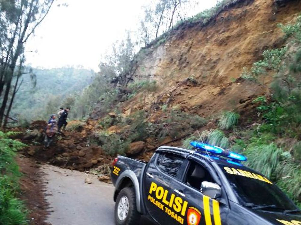 Tebing Longsor, Jalan Tosari Berhasil Dibersihkan