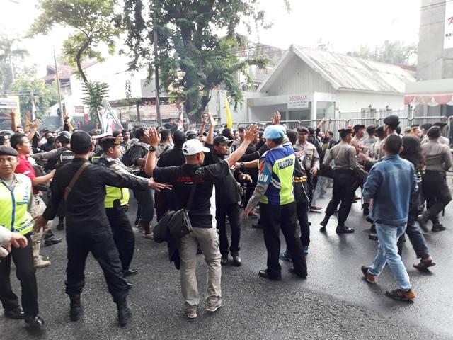 Ribuan Massa Bonek dan PSHT Nyaris Bentrok