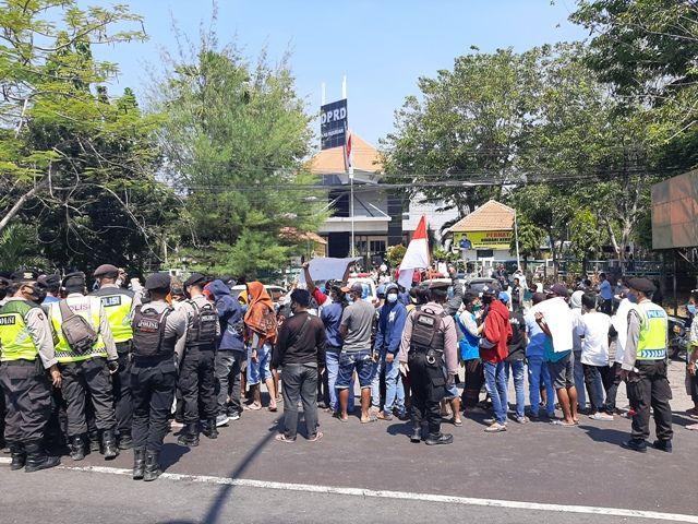Puluhan Aktivis Unjuk Rasa di DPRD Pasuruan