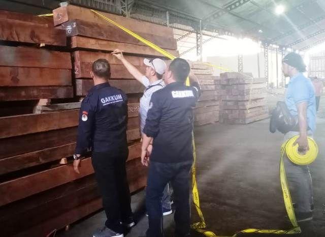 KLHK Amankan 17 Kontainer Kayu Ilegal di Surabaya