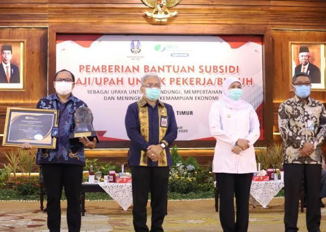 Khofifah Serahkan Piala Paritrana Untuk Pelindo 3