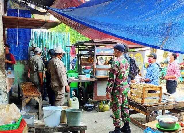 Petugas Gabungan Razia Pasar Rakyat di Surabaya