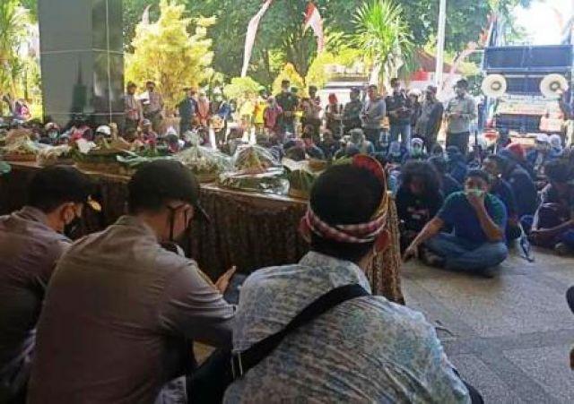 Serikat Buruh Tumpengan di Gedung DPRD Pasuruan