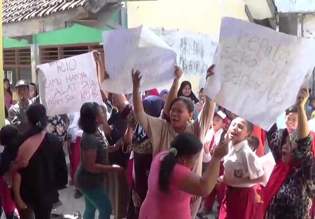 Wali Murid dan Siswa SDN Tambak Langon Demo