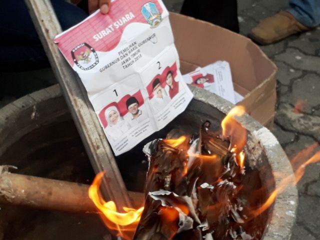 KPU Surabaya Bakar Ribuan Surat Suara Rusak