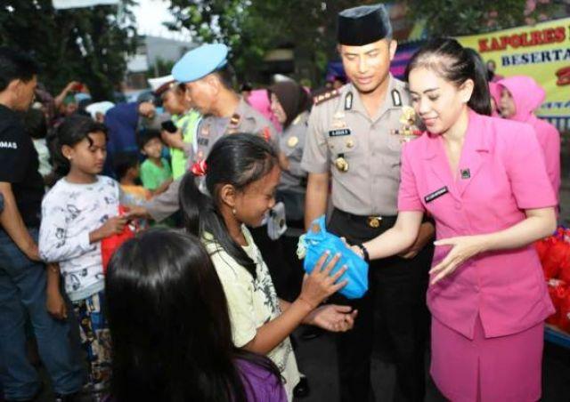 Polres Pelabuhan Tanjung Perak Berbagi Ta'jil