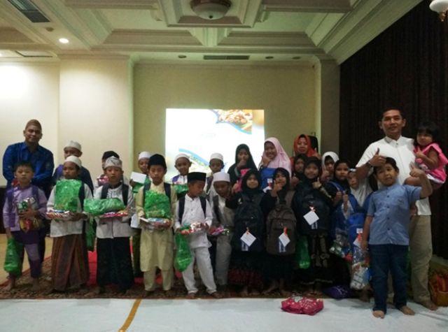 Quds Royal Hotel Bagi-bagi Perlengkapan Sekolah