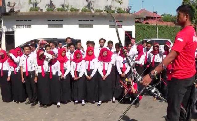 Riau Ega Agatha Unjuk Kebolehan Dikampusnya