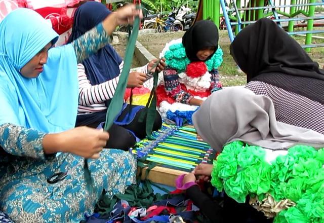Ngabuburit, SDN 4 Surabaya Ajak Warga Bikin Keset