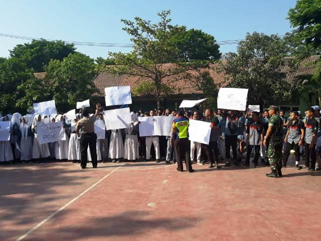Kepala Sekolah SMK Negeri Rembang Didemo