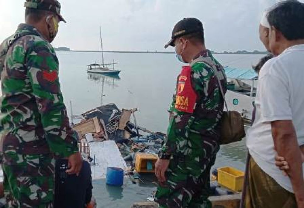 Babinsa Sumenep Evakuasi Korban Ledakan Kapal