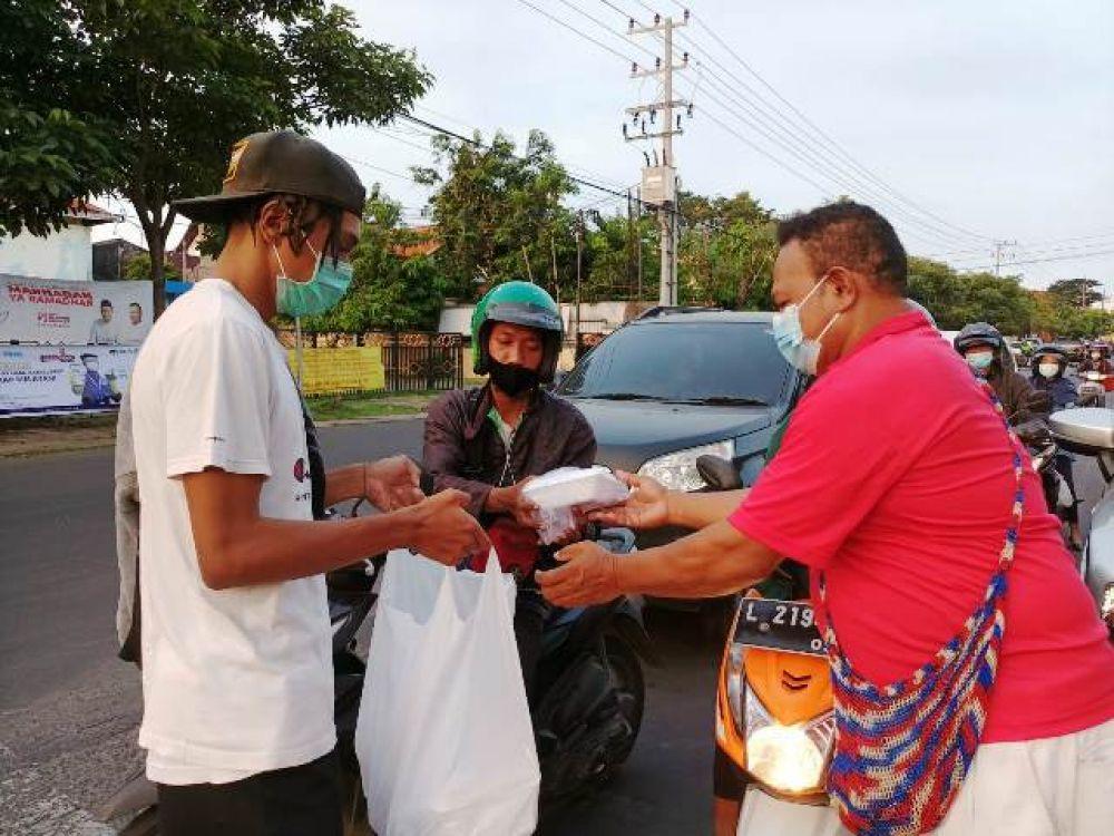 Pendeta, Mahasiswa dan Pelajar Papua Bagi Takjil