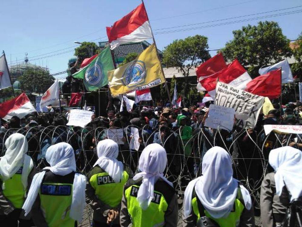 Ribuan Mahasiswa Geruduk DPRD Jatim
