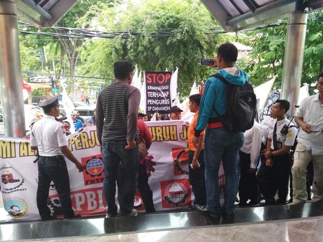 Buntut Kriminalisasi, Bank Danamon Diserbu Pendemo
