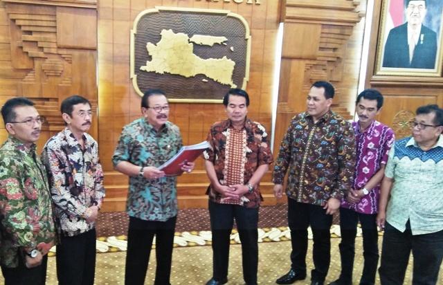 Soekarwo Tandatangani SK PAW DPRD Kota Malang