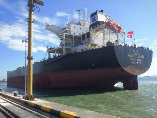 Kapal Hongkong Sandar di Teluk Lamong