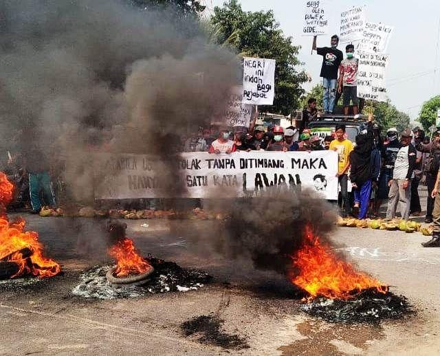 Protes Limbah, Warga 5 Desa Pasuruan Tutup Jalan