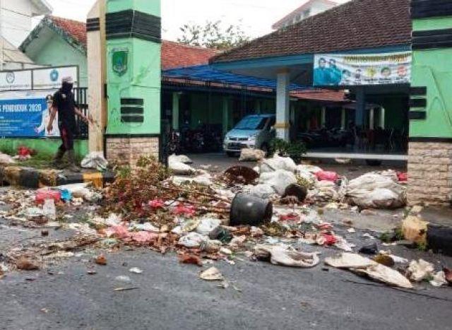 Warga Ngamuk Buang Sampah di Kantor Kecamatan