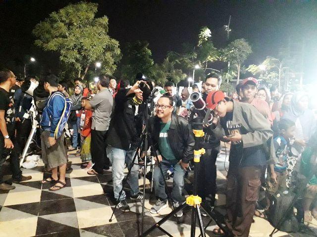 Nobar Gerhana Bulan di Pinggiran Kota Surabaya