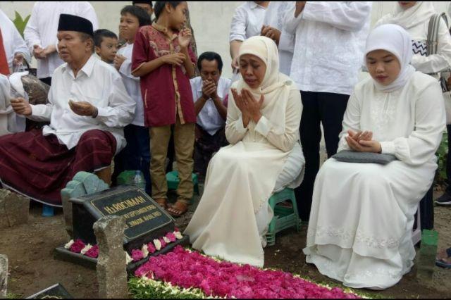 Sebelum ke TPS 16, Khofifah Berziarah ke Makam Keluarga