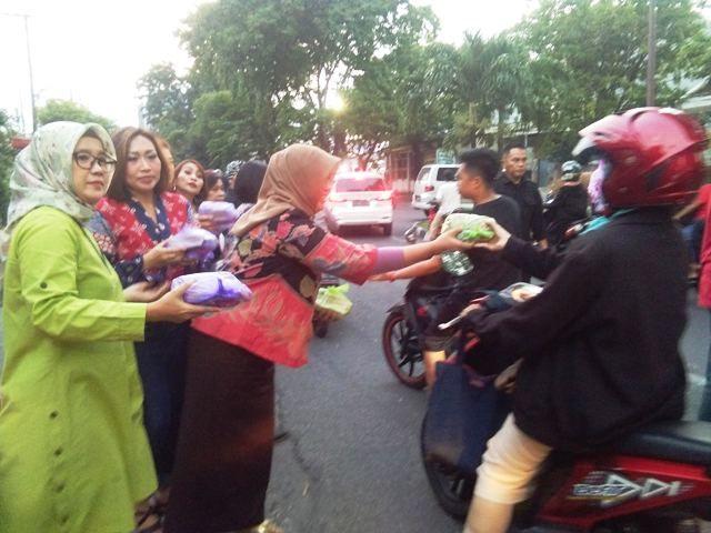 Komunitas LDLS Berbagi Takjil di Tenggilis Mejoyo