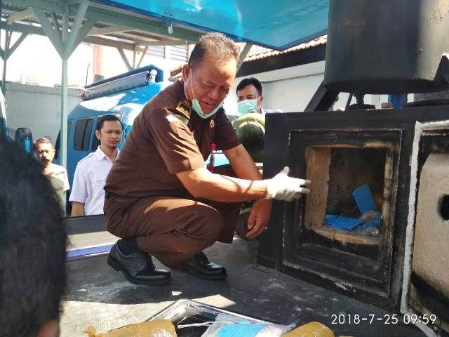BNNP Jatim Musnahkan Ganja dan Sabu Malaysia