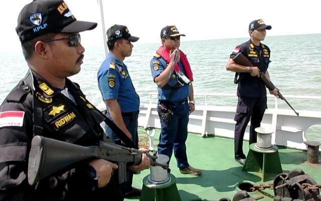 Petugas PLP Tanjung Perak Patroli Kapal Terbakar