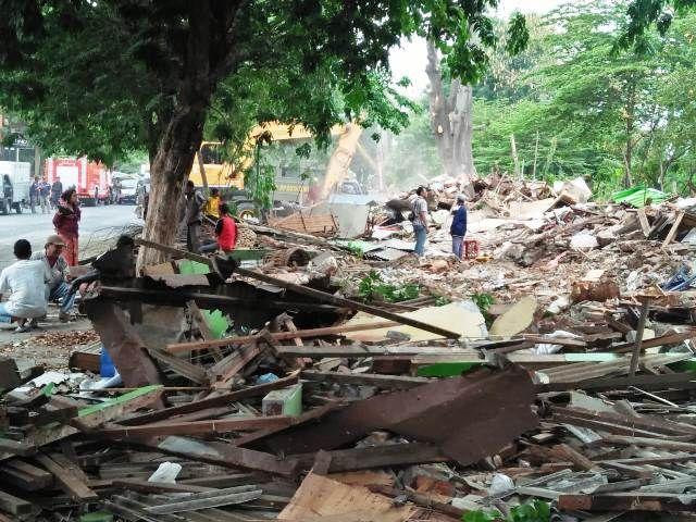 Bangunan Liar Jalan Barata Jaya XVIII Dirobohkan