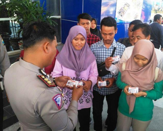 Satlantas Polrestabes Surabaya Bagikan SIM Gratis