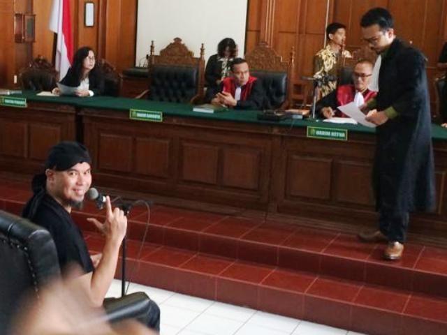 Pakai Kaos Tahanan Politik, Musisi Dewa 19 Disidang