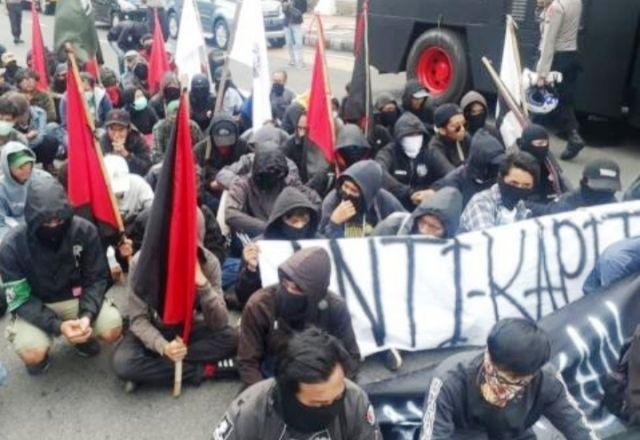 Massa May Day Berseragam Hitam Dibubarkan Polisi