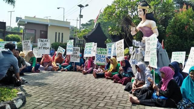 Green Woman Lakardowo Istighosah di Depan PTUN